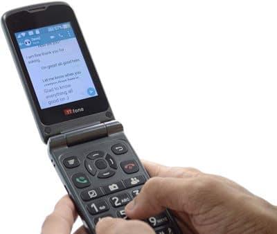 móvil con teclado y whatsapp